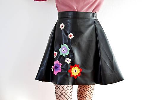 Koženková vyšívaná sukňa