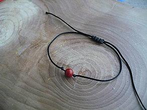 Náramky - jednoduchý šnúrkový náramok čierny s Koralom - 7894608_