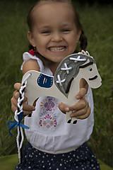 Hračky - Prevliekacia hračka koník biely (modré sedlo) - 7904864_