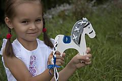 Hračky - Prevliekacia hračka koník biely (modré sedlo) - 7904865_