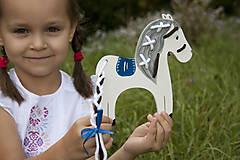 Hračky - Prevliekacia hračka koník biely (modré sedlo) - 7904867_