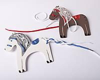 Hračky - Prevliekacia hračka koník biely (modré sedlo) - 7905058_