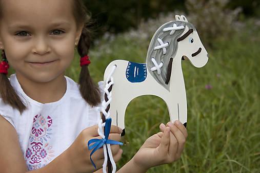 Prevliekacia hračka koník biely (modré sedlo)