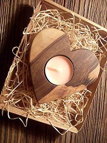 Svietidlá a sviečky - svietnik srdiečko z dreva - 7912598_
