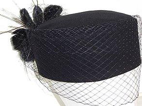 Čiapky - Okrúhly dámsky čierny klobúčik - 7912377_