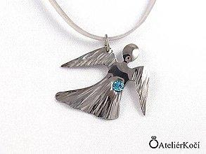 Náhrdelníky - Andílek na krk s modrým kamínkem - 7914733_
