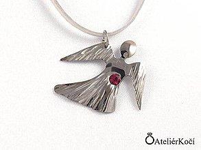Náhrdelníky - Andílek na krk s rubínovým kamínkem - 7914908_