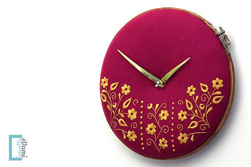 Potecha, ručne vyšívané nástenné hodiny