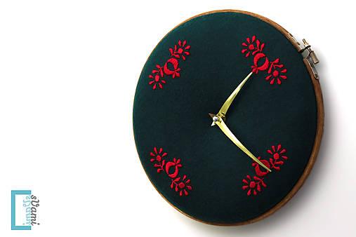 Opustená, ručne vyšívané nástenné hodiny