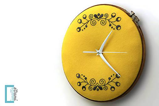 Túženie, ručne vyšívané nástenné hodiny
