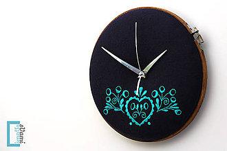 Hodiny - Tajný šuhaj, ručne vyšívané nástenné hodiny - 7918290_