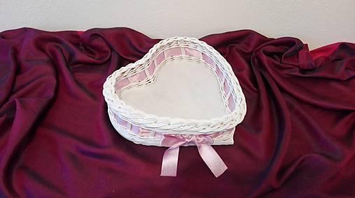 Košík s ružovou mašličkou...