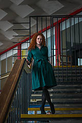 Šaty - Zavinovací šaty MONA, smaragdová zelená - 7930016_