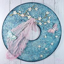 Dekorácie - Jarný veniec s čerešňovou halúzkou, motýlikmi a látkou vejúcou v jarnom vánku - 7930220_