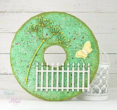 Dekorácie - Závesný veniec s lúčnymi kvetmi za starým latkovým plotom / zelený so žltou - 7930230_