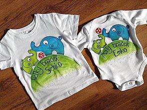 Detské oblečenie - Originálne maľované tričká so sloníkmi hrajúcimi futbal a nápismi Veľký braček a Malý braček (sada tričko + body) - 7931246_
