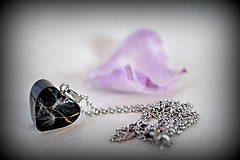 Náhrdelníky - Náhrdelník Čierna púpava v srdiečku (2142 B CHO) - 7934985_