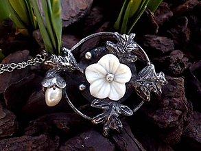 Náhrdelníky - cínovaný prívesok - Perleťový kvet - 7939807_