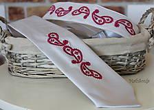 - Vyšívaná kravata . červené paisely - 7941635_