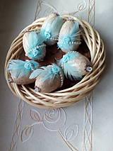 Dekorácie - Vajíčka s tyrkysovým pierkom a ružičkou - 7947818_