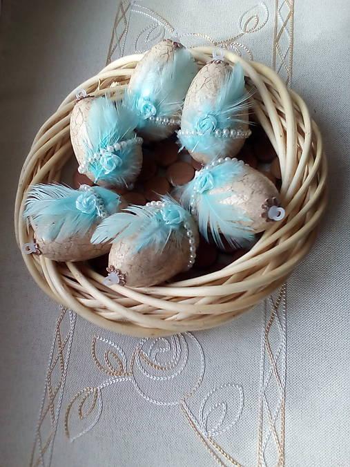 Vajíčka s tyrkysovým pierkom a ružičkou