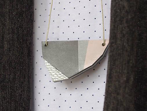 Náhrdelníky - geometrický kožený prívesok - 7956622_