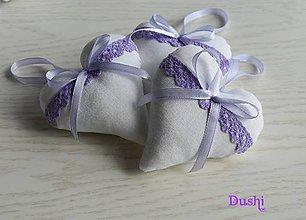 Darčeky pre svadobčanov - srdiečka s fialovou krajkou - 7958094_