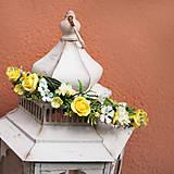 Venček do vlasov so žltými ružičkami