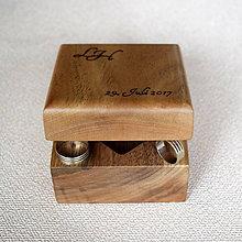 Prstene - Krabička na svadobné obrúčky z orechového dreva s iniciálmi - 7959225_
