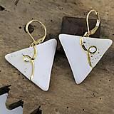 Náušnice - biele náušnice - trojuholníky - 7967267_
