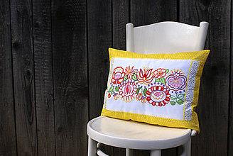 Úžitkový textil - Obliečka na vankúš s ručne vyšívaným vzorom - 7980188_