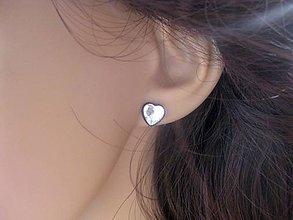 Náušnice - Srdiečka mini napichovačky - akrylové (Krištáľovo biele srdiečka v bronze  č.824) - 7979431_