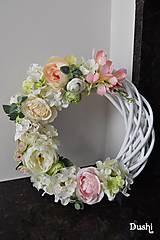 Dekorácie - veľký biely prútený veniec v ružovom 38 cm - 7977245_