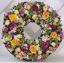 Dekorácie - So žltými, bielymi a fialovými ružami - 7984579_