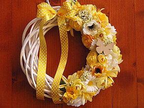 Dekorácie - Žltý jarný veniec s motýlikom 33 cm - 7982688_