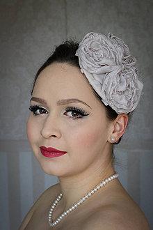 Ozdoby do vlasov - Bledosivý fascinátor s lupeňmi - 7991654_