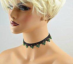 Náhrdelníky - Náhrdelník choker z čiernej čipky, vyšívaný zelenými korálikmi - 7991502_