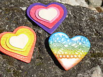 Odznaky/Brošne - Drevené brošne Srdce dúhy (Fialová) - 7998836_