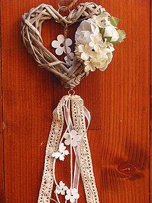 Dekorácie - Srdiečko so smotanovými kvietkami a drevenými ozdobami - 7999439_