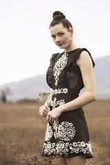Šaty - Krátke ľanové šaty s bielou výšivkou - 8005799_