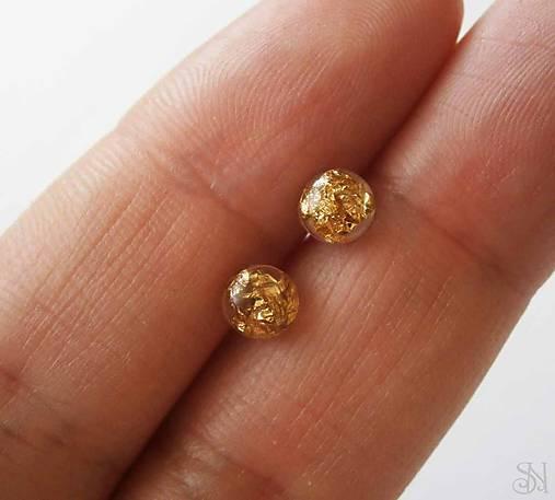 Mini zlaté živicové guličky - ANTIALERGICKÉ napichovacie náušnice ... 8ca7b56e398