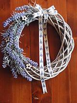 Dekorácie - Levanduľový veniec s mašľou 32 cm - 8012118_
