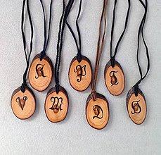 Náhrdelníky - Dřevěný přívěsek ručně malovaný švabachem - 8014897_