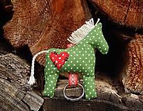- Prívesok na kľúče - zelený koník s červeným srdiečkom - 8015367_