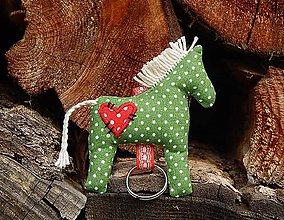 Drobnosti - Prívesok na kľúče - zelený koník s červeným srdiečkom - 8015367_