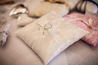 Úžitkový textil - Vankúš pod obrúčky - 8022481_