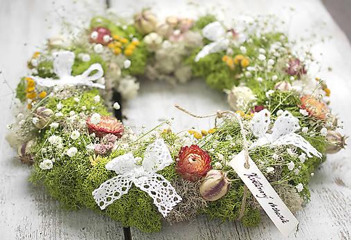 Dekorácie - Prírodný romantický veniec s kvetmi - 8022379_
