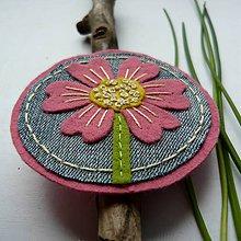 Odznaky/Brošne - Ružový kvet so žltým stredom. - 8029815_