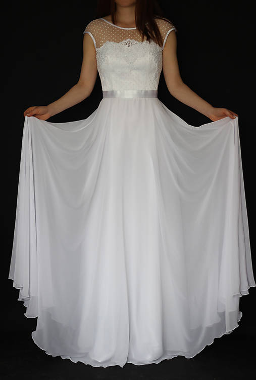 Svadobné šaty s bodkovaným tylom a kruhovou sukňou