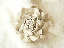 - Brošňa kožená, bieeely kvet - 8028600_